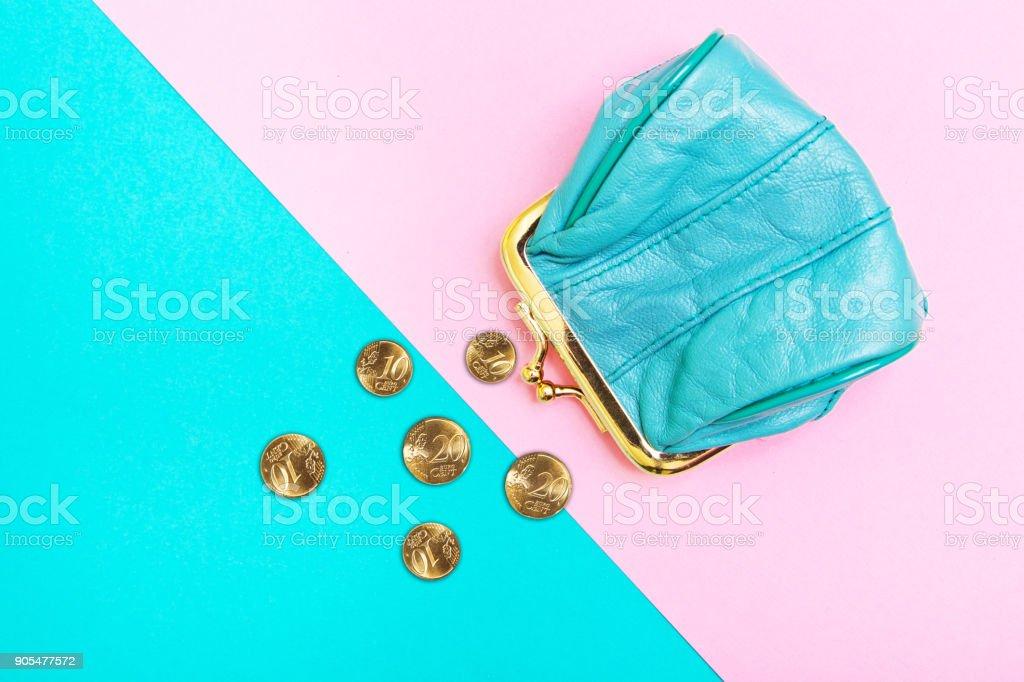 Bolsa para moedas. Uma bolsa de couro, carteira, sobre um fundo geométrico rosa e turquesa. Cores de tendência. - foto de acervo