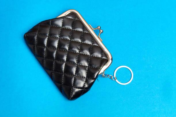 geldbeutel-püree. schwarzer ledertasche auf blauem hintergrund - rentenpunkte stock-fotos und bilder