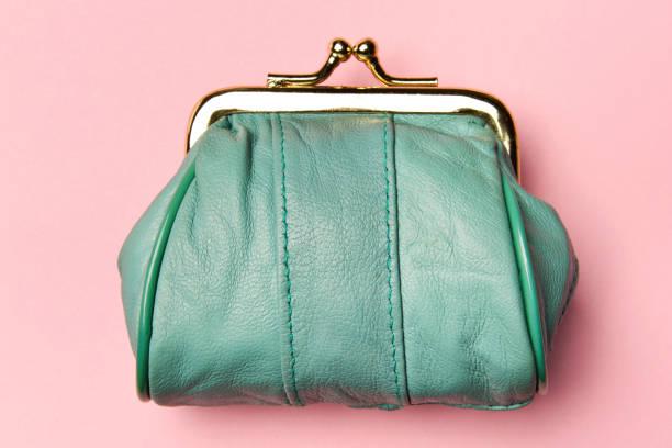 硬貨の財布。変更のための財布。革財布、ピンクの背景の財布。トレンドの色です。貧困の概念 - 財布 ストックフォトと画像