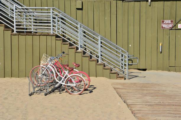 Push-Bikes am Santa Monica Beach im Winter geparkt. – Foto
