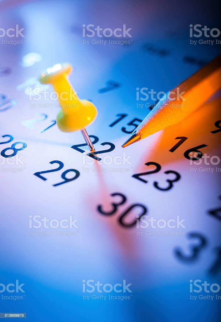 Push pin auf einem Kalender – Foto