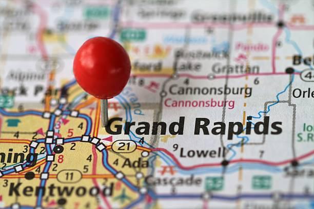 reißzwecke auf der karte von grand rapids, michigan - krawattennadel stock-fotos und bilder