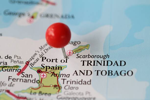 reißzwecke auf der karte von trinidad und tobago - krawattennadel stock-fotos und bilder