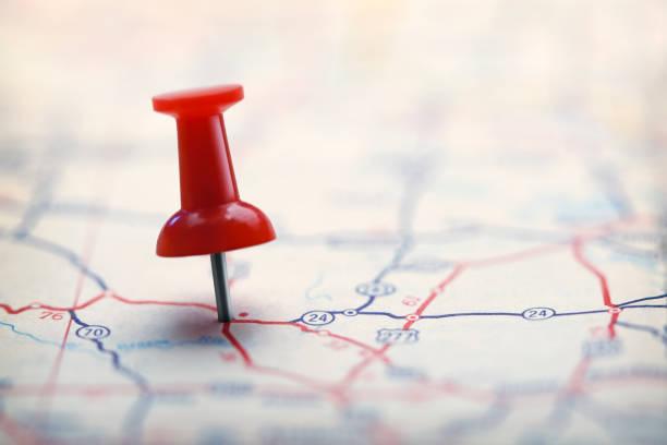 push pin op de wegenkaart - roadmap stockfoto's en -beelden