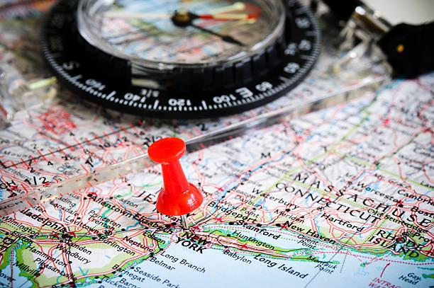 push pin - kompass wanderkarte stock-fotos und bilder