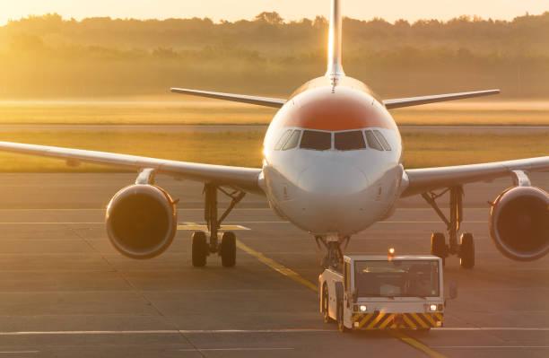tug pushback tractor met vliegtuig op de landingsbaan in de luchthaven. - airport pickup stockfoto's en -beelden