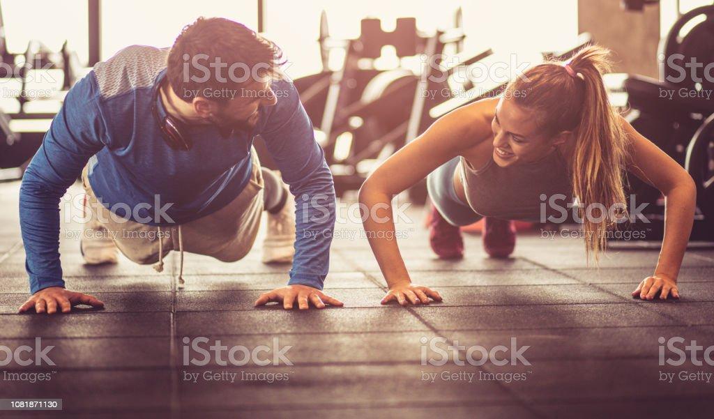 Flexiones gimnasio. foto de stock libre de derechos