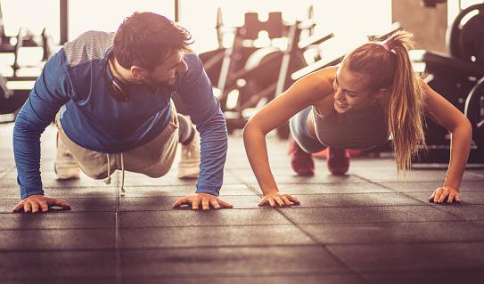 istock Push-ups i gym. 1081871130