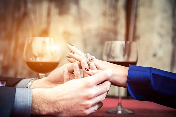 lege ring auf einer braut finger - porzellan schmuck stock-fotos und bilder