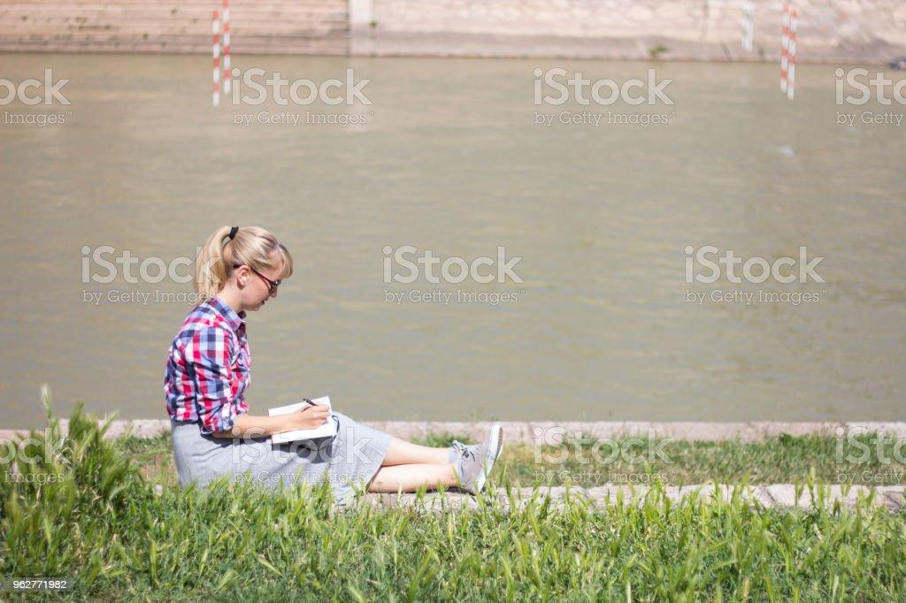 Colocar seus pensamentos no papel - Foto de stock de Adulto royalty-free
