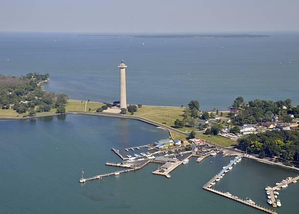 put-in-bay memorial tower - eriesee stock-fotos und bilder