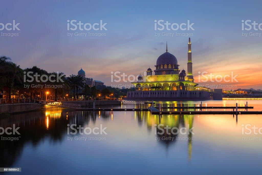 Mezquita Putra en la mañana la mezquita famosa de Putrajaya, Malasia - foto de stock
