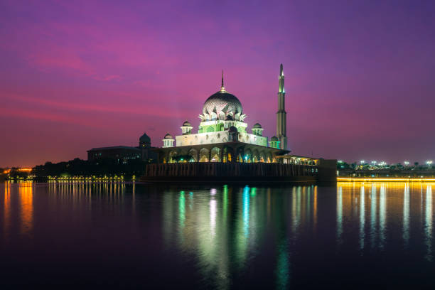 Putra Moschee in Putrajaya, Kuala Lumpur, Malaysia in der Dämmerung – Foto