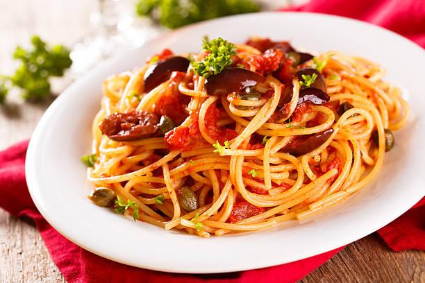 puttanesca pasta - kaper stock-fotos und bilder