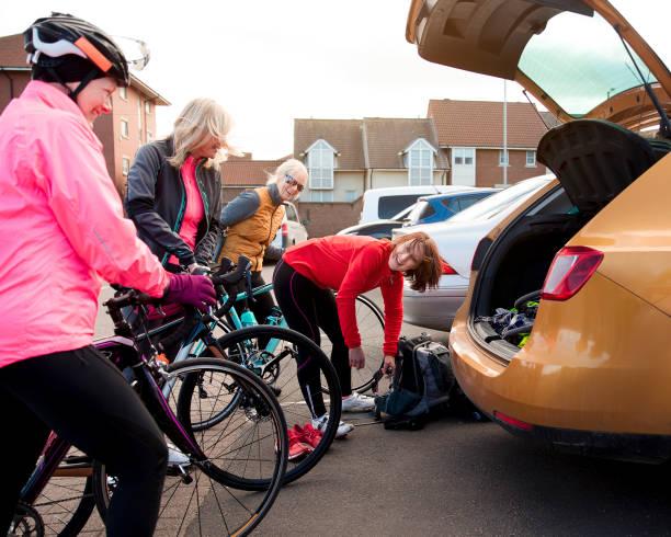 colocando uma bicicleta no seu carro - girl power provérbio em inglês - fotografias e filmes do acervo