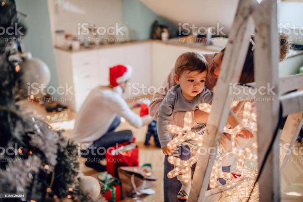 Setzen einen glänzenden Stern auf den Christbaum – Foto