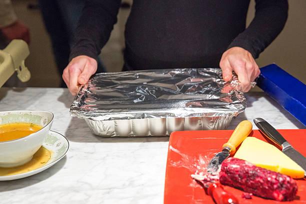 putting restos de distancia del día de acción de gracias - thanksgiving leftovers fotografías e imágenes de stock