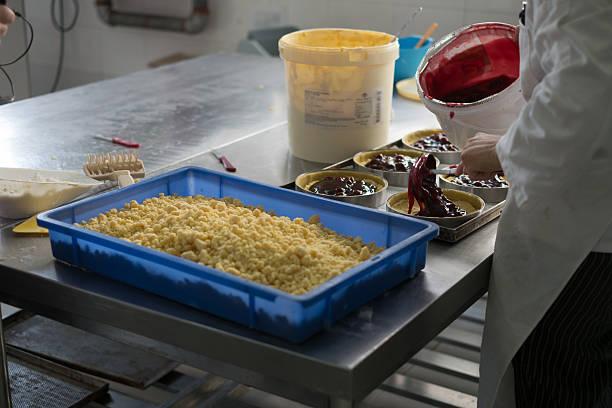 Putting Cherry Füllung in Käse-Kuchen – Foto