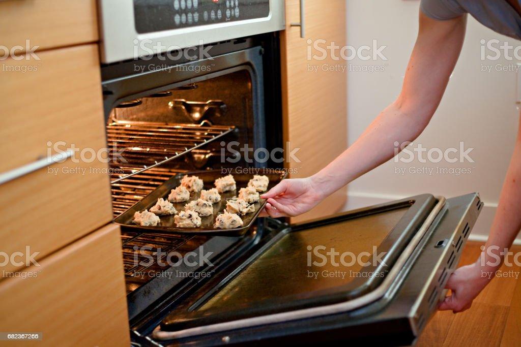 Het zetten van Cookies in de Oven royalty free stockfoto