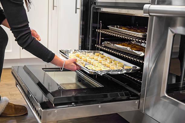 beim speisen im ofen kochen für thanksgiving - alufolie backofen stock-fotos und bilder