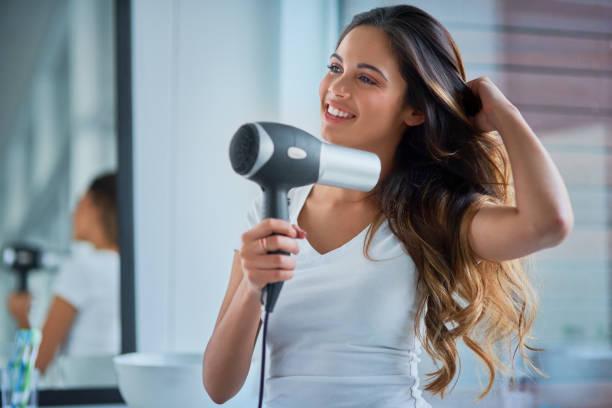 großen sorgfalt setzen in ihr haar - feminine badezimmer stock-fotos und bilder