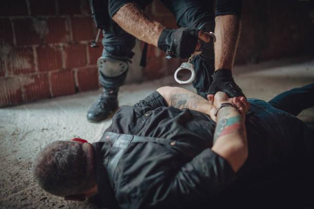 setzen handschellen auf eine kriminelle - wächter tattoo stock-fotos und bilder