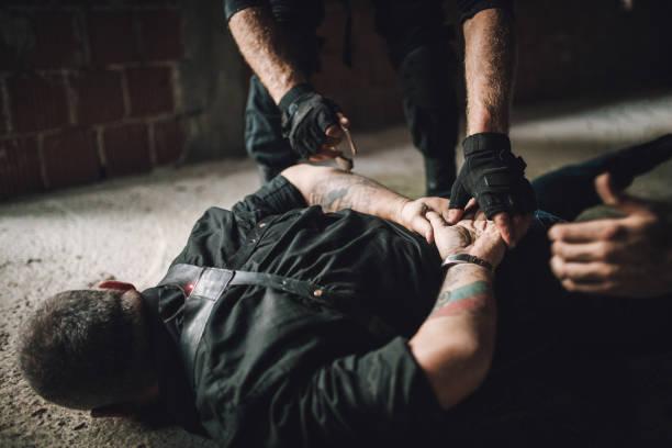 ein gangster anziehen handschellen - wächter tattoo stock-fotos und bilder