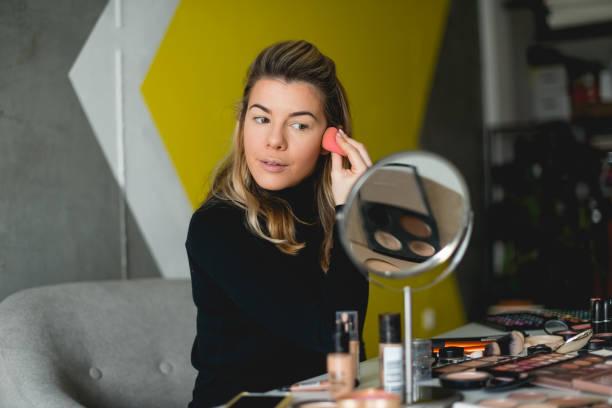 putting make-up auf - gesicht make up anleitungen stock-fotos und bilder