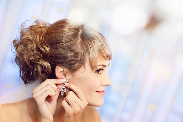 putting auf einem Ohr-ring – Foto