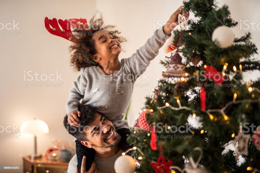 Der Weihnachtsbaum aufsetzen Ornamente – Foto