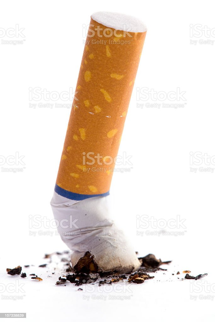 Apagar um cigarro - foto de acervo