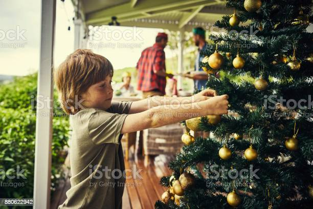 Putting the finishing touches on the christmas tree picture id880622942?b=1&k=6&m=880622942&s=612x612&h=2isqka04erx9uvqzpw9ipcpj alw1nxfwmdgbyh4v6k=