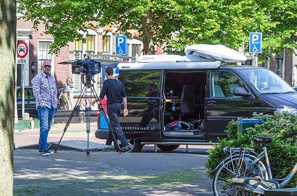 aufhängen der filmkamera der öffentlichen regionale rundfunk- oder fernsehanstalt omroep zé - nachrichten video stock-fotos und bilder