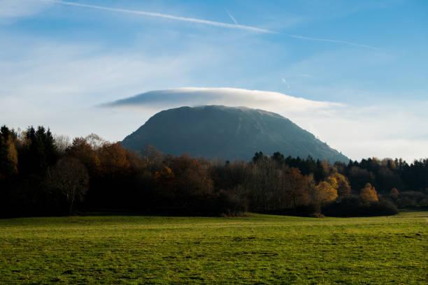 chapeau de nuages puy de dôme - chaine des puys photos et images de collection