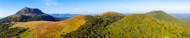 puy de dôme panoramique, auvergne, france - chaine des puys photos et images de collection