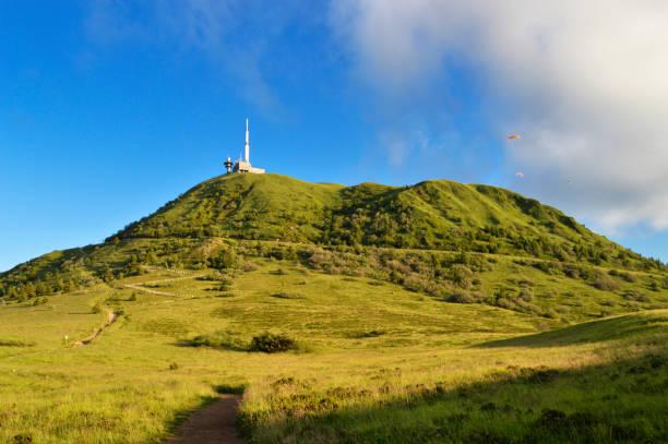 puy de dome volcano - chaine des puys photos et images de collection