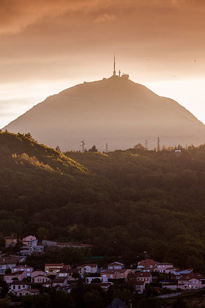 puy-de-dome volcano seen from clermont-ferrand - chaine des puys photos et images de collection