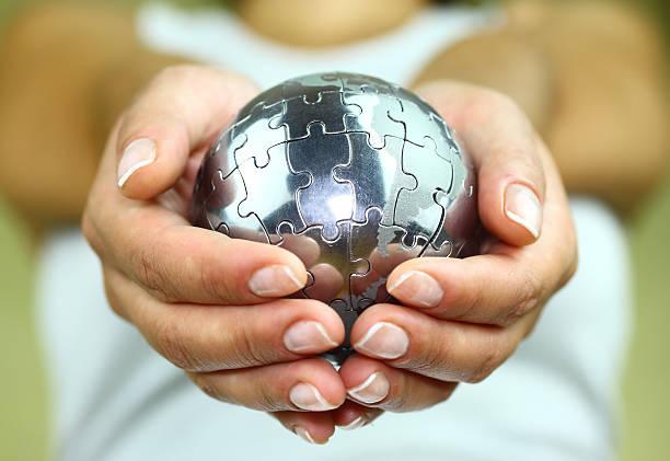 Puzzle globo en la palma - foto de stock