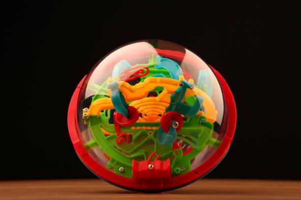 puzzle labyrinth spielzeug ball holztisch - pinball spielen stock-fotos und bilder