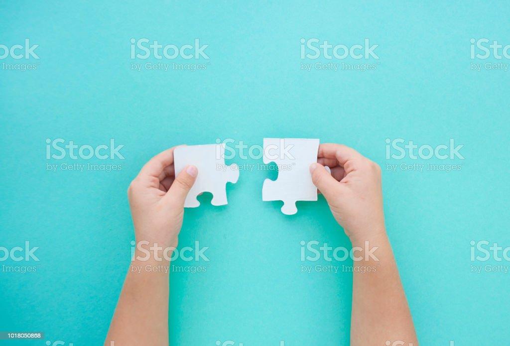 Puzzle pièces sur fond bleu. Journée de sensibilisation à l'autisme. - Photo