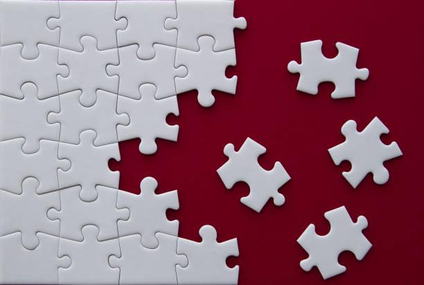 puzzleteile auf rotem grund. - puzzleteile stock-fotos und bilder