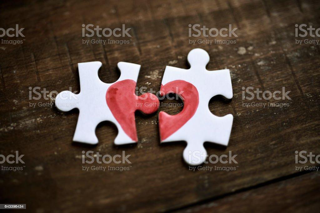 peças do puzzle que formam um coração - foto de acervo
