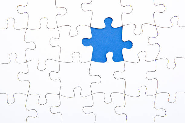 puzzleteile - weiß mit blauen raum fehlt - puzzleteile stock-fotos und bilder