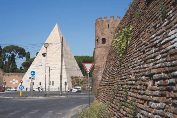 piramide cestia - roma foto e immagini stock