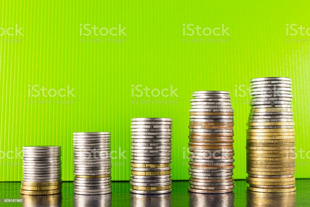 Pyramid gold and silver coins on a green background  dark - foto de stock