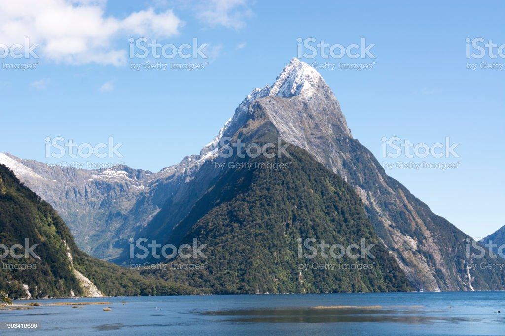 Pyramid Mountain u ujścia Milford Haven, Wyspa Południowa, Nowa Zelandia - Zbiór zdjęć royalty-free (Bez ludzi)