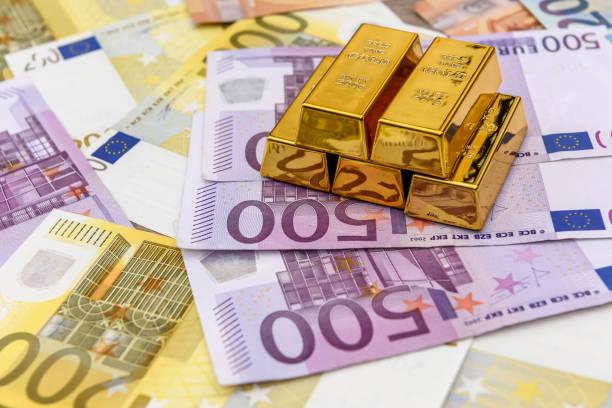 pyramide aus goldbarren auf euro-banknoten hintergrund - europäische währung stock-fotos und bilder