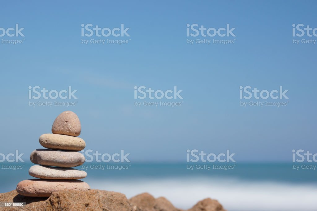 Pyramid of stones on the shore of the blue sea, harmony - foto stock