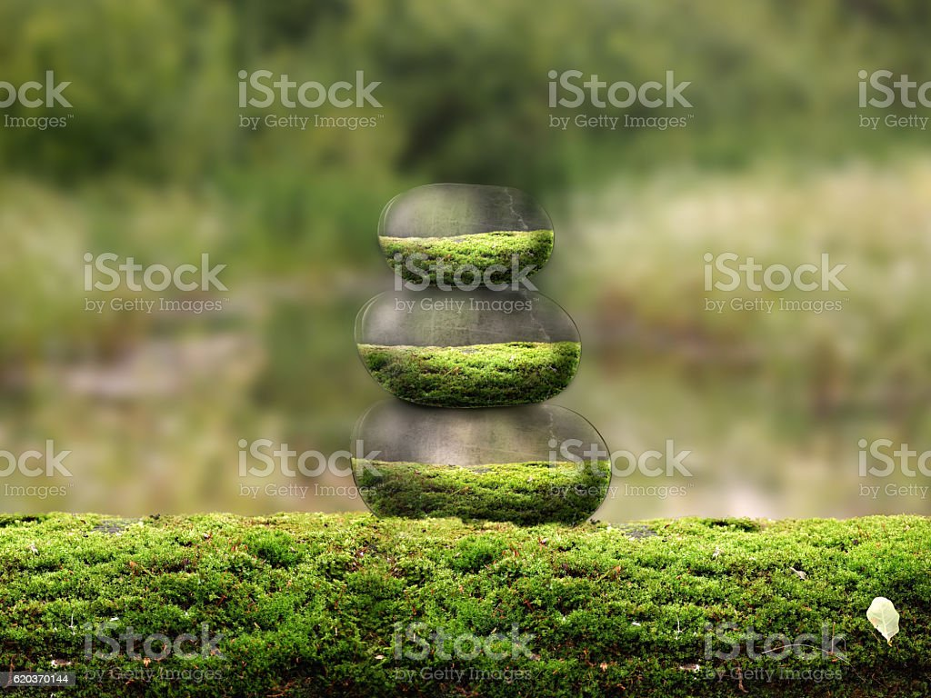 Pyramid of the beautiful volume of stones on the moss. foto de stock royalty-free