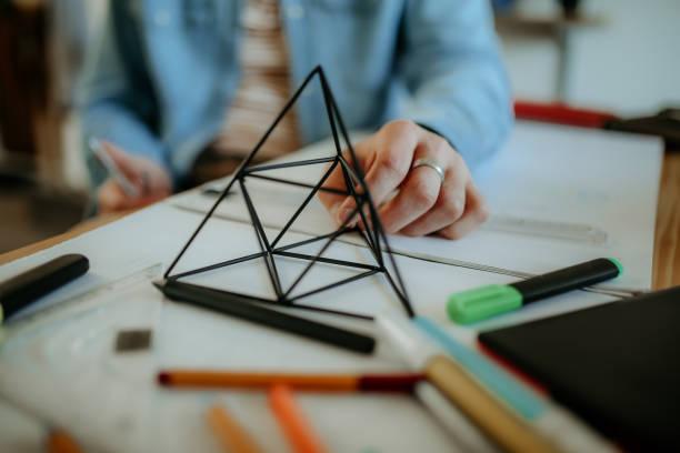 pyramide - produktdesigner stock-fotos und bilder